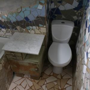 Także w niewielkiej łazience można wyodrębnić strefę sedesu tak, by zapewniała użytkownikom poczucie intymności. Wystarczy umieścić go we wnęce. Fot. Bartosz Jarosz.