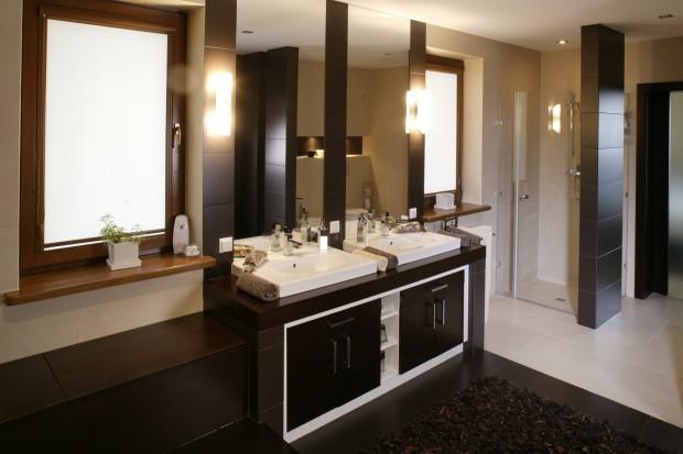 Elegancka łazienka w brązach: nowoczesna aranżacja wnętrza