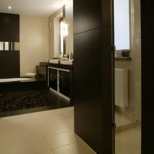 Rolę kabiny prysznicowej pełni zabudowa z dwóch filarów połączonych szklanymi taflami. Tradycyjna kabina byłaby w tym wnętrzu zbyt banalnym rozwiązaniem. Fot. Monika Filipiuk.