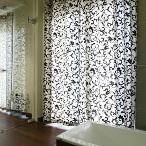 W łazience znajdują się podwójne drzwi balkonowe prowadzące na taras. Wanna jest tak usytuowana, aby leżąc w łóżku w sypialni można było przyglądać się kąpiącej się osobie. Fot. Monika Filipiuk.