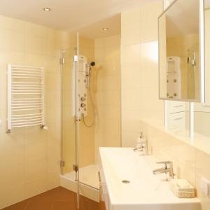 Dla kabiny natryskowej stworzono obszerną wnękę. Panel prysznicowy pozwala wziąć chłodny bądź gorący natrysk albo skorzystać z dobrodziejstw hydromasażu. Fot. Bartosz Jarosz.
