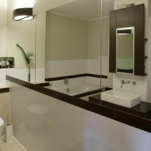 Pas luster na całej długości ściany wizualnie poszerza łazienkę. Niweluje też wrażenie wąskiego korytarza, które mogła stworzyć obecność słupa konstrukcyjnego. Fot. Monika Filipiuk.