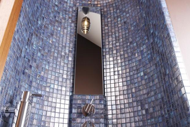 Pomysł na prysznic wyłożony kolorową mozaiką