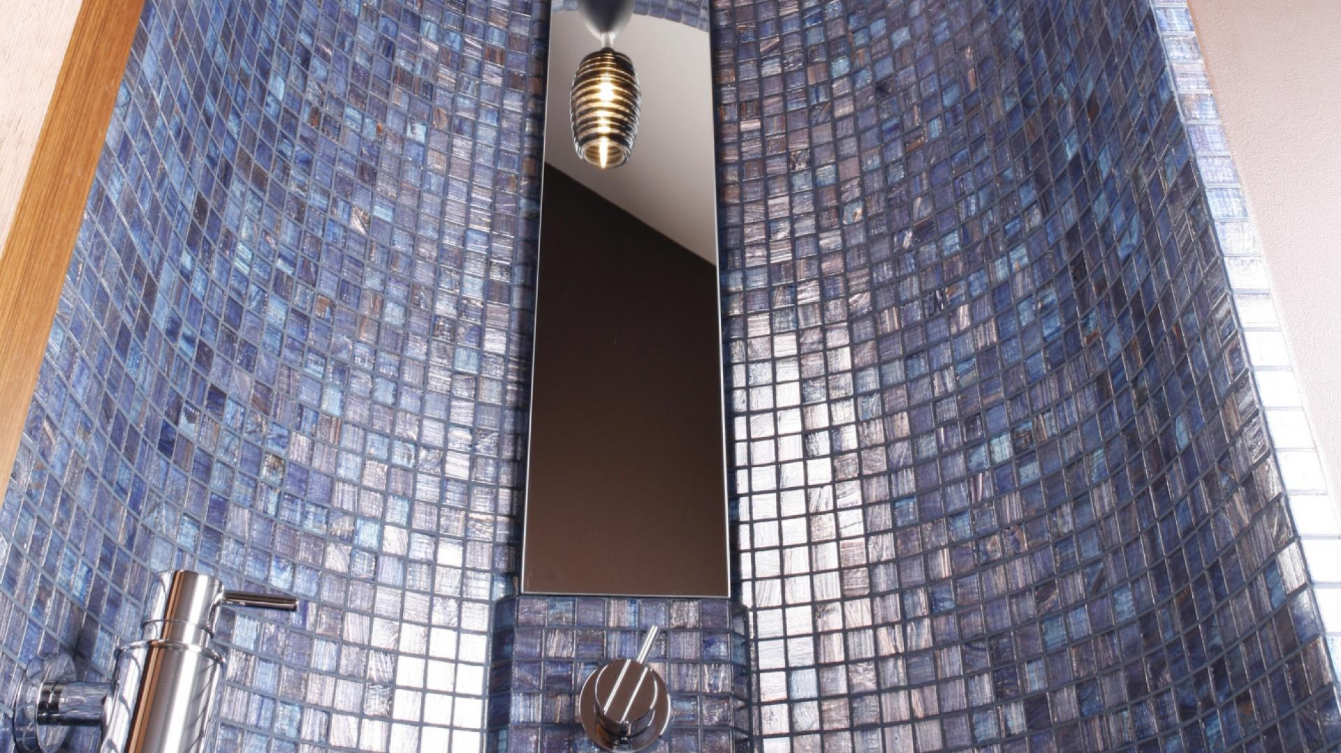 Mieniąca się perłowo szklana mozaika pochodzi z oferty firmy Bisazza. Wykończony nią kolisty wykusz z umywalką, choć stricte nowoczesny, kojarzy się z bizantyjską architekturą. Fot. Bartosz Jarosz.