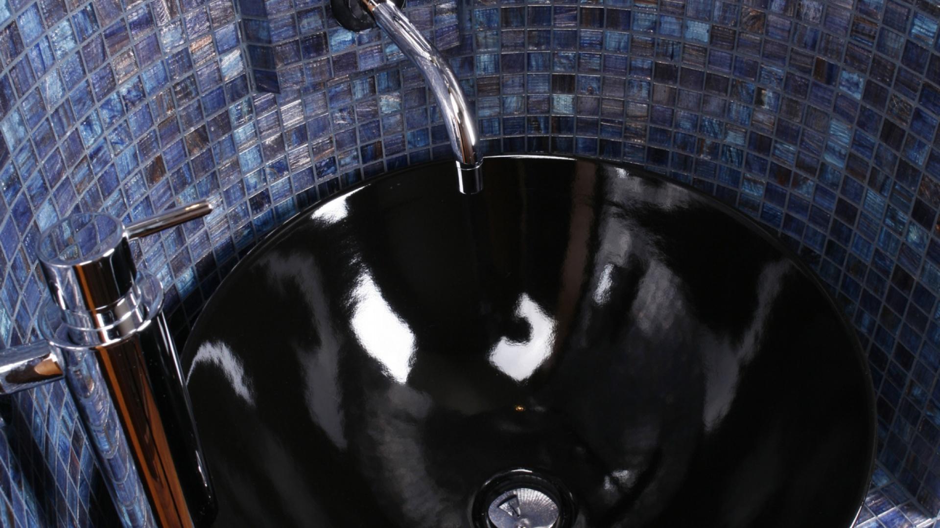 Czarny zlew doskonale współgra z detalami ze stali nierdzewnej: chromowanym pojemnikiem na mydło i wieszakiem na ręcznik (Plus) oraz baterią (Vola). Fot. Bartosz Jarosz.