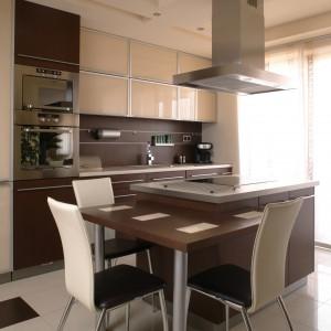 Wyspa zajęła centralne miejsce w kuchni. To przede wszystkim strefa gotowania. Zespolony z nią stolik śniadaniowy służy zarówno gościom, jak i pani domu. Fot. Bartosz Jarosz.