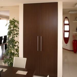 Kuchnia jest wnętrzem przechodnim. Można do niej wejść bezpośrednio z holu, jak i – przez jadalnię – z salonu. Fot. Bartosz Jarosz.