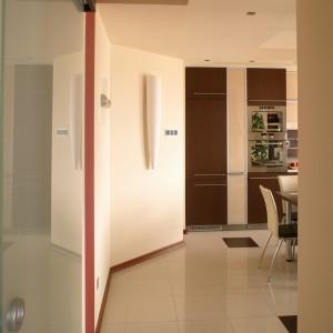 Łamana linia holu powstała za sprawą powiększenia, kosztem jego powierzchni, przestrzeni łazienki. Choć okrojony, pomieścił dwie duże szafy garderobiane. Fot. Bartosz Jarosz.