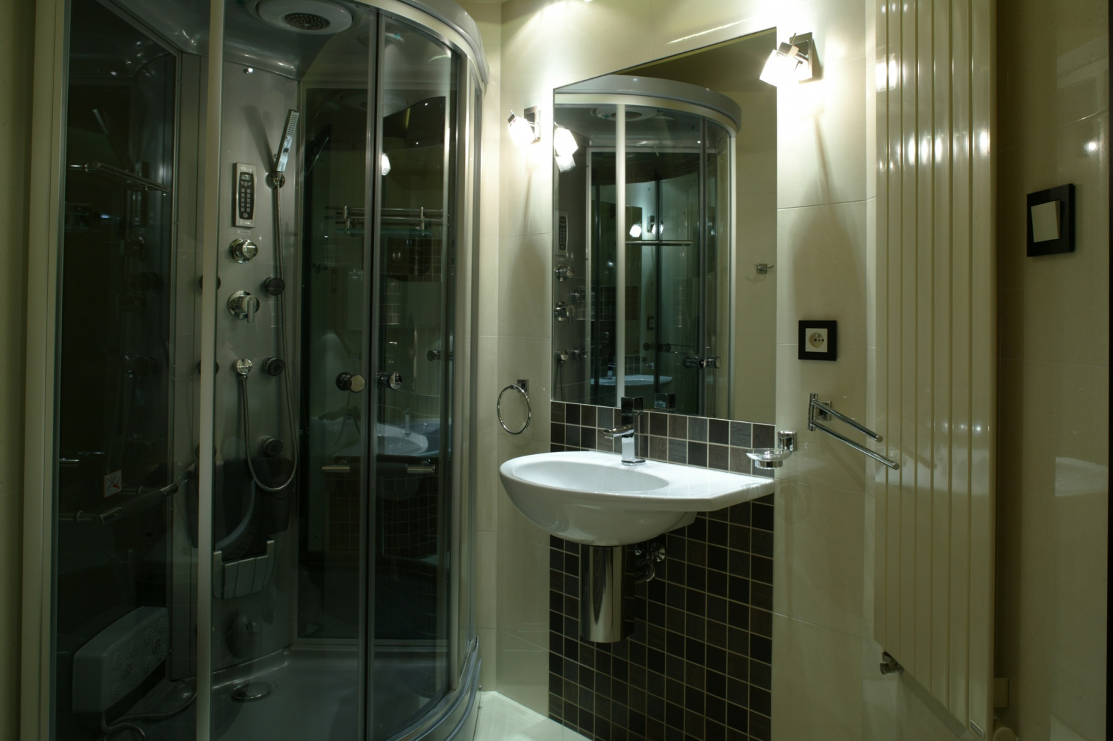 Zarówno ceramika firmy Ceramica Globo, jak i akcesoria łazienkowe przybierają proste formy idealnie wpisując się w estetykę całej przestrzeni. Fot. Bartosz Jarosz.
