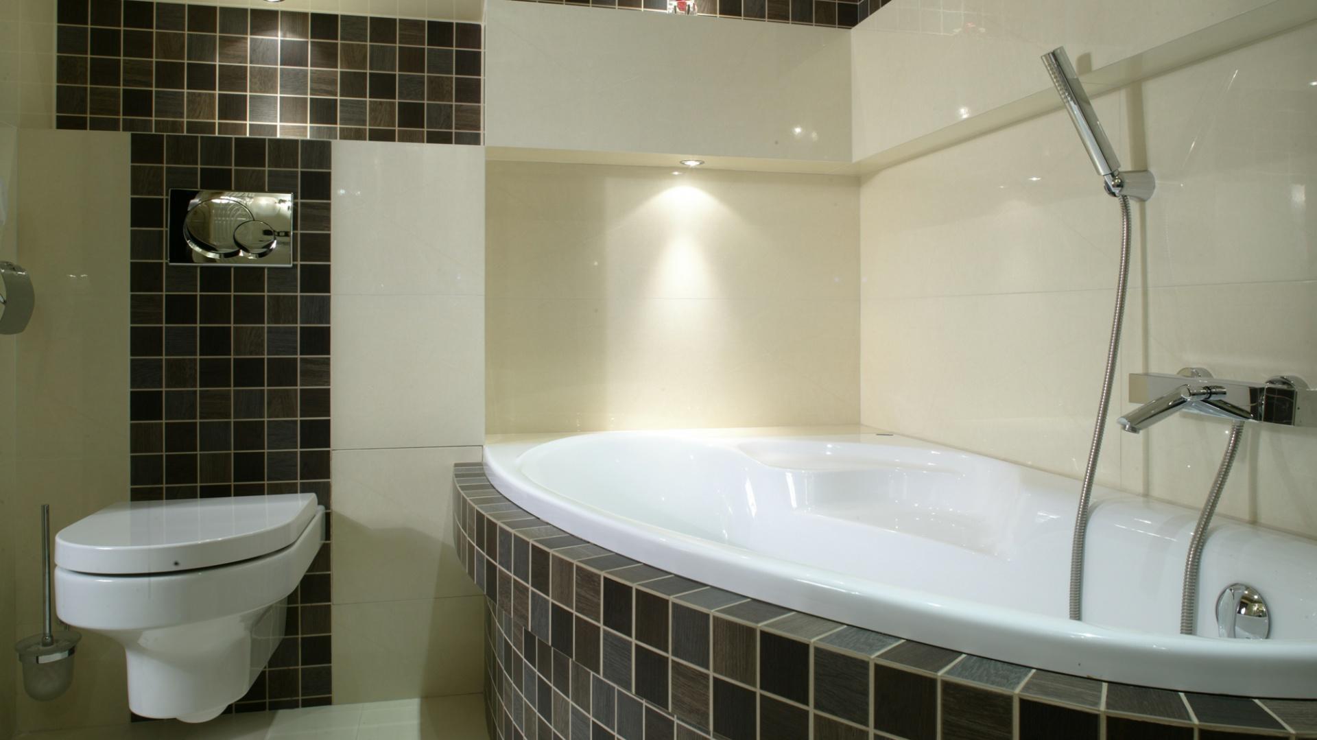 Odpoczynek w pozycji -leżącej możliwy jest dzięki wygodnej wannie firmy PoolSpa, ładnie wkomponowanej w jeden z narożników łazienki. Fot. Bartosz Jarosz.