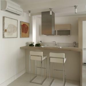 Duże, otwarte wnętrze zostało urządzone tak, by mieszkająca tu rodzina i zaproszeni goście mogli się od czasu do czasu integrować przy typowych, kuchennych czynnościach. Fot. Bartosz Jarosz.