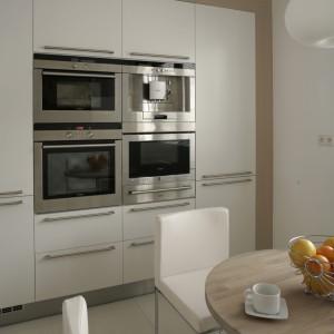 Przyjemna, lekka, ale funkcjonalna prostota – tak można określić zastosowaną w kuchni stylistykę. Fot. Bartosz Jarosz.