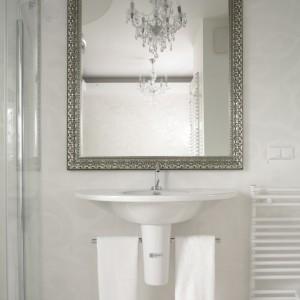 """Wyposażenie łazienki jest stricte nowoczesne. Ceramika sanitarna pochodzi z kolekcji """"Starck 1"""" firmy Duravit. Fot. Bartosz Jarosz."""