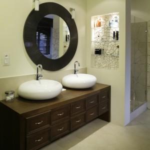 Kabina prysznicowa została umieszczona tuż za strefą umywalek. Obie przestrzenie oddzielone są niewielkim fragmentem ściany. Fot. Monika Filipiuk.