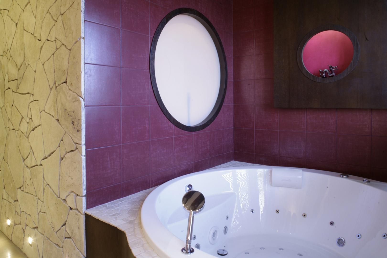 Przez okrągłe okienko wypełnione mlecznym szkłem, wpada światło do znajdującej się za ścianą toalety. Fot. Monika Filipiuk.