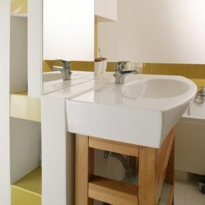 """Półeczki za lustrem oraz umywalką to sprytny pomysł projektantki pozwalający mieć wszystko pod ręką i jednocześnie ukryć wszelki """"twórczy bałagan"""". Fot. Bartosz Jarosz."""