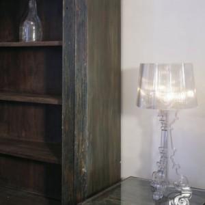 Lampa Bourgie (Kartell, proj. Feruccio Laviani) i szafa skonstruowana z antycznych, palisandrowych drzwi z Rajastanu (Indie). Nowoczesność i tradycja, po prostu...