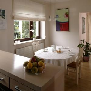 Kuchnia połączona jest z jadalnią i otwarta na strefę dzienną. Jednym z atutów pomieszczenia jest przepiękny widok na ogród. Fot. Bartosz Jarosz.