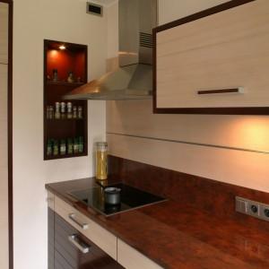 Podświetlana wnęka to niecodzienny element kuchennego wnętrza. Nie tylko zdobi, ale spełnia również praktyczną funkcję – podczas gotowania przyprawy są w zasięgu ręki. Fot. Bartosz Jarosz.