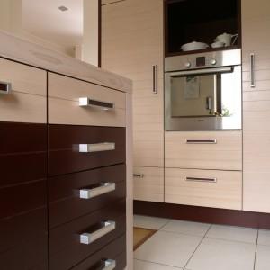 Kuchnia jest niezwykle funkcjonalna, z dużą powierzchnią przechowywania i licznymi szufladami. Fot. Bartosz Jarosz.