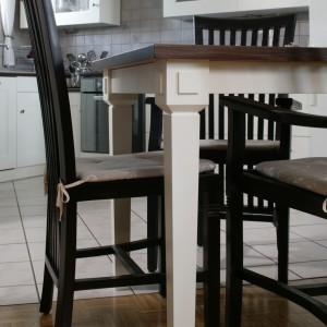 Stół, zaprojektowany przez Agnieszkę Kubasik specjalnie do tej kuchni, wyróżniają elementy inspirowane zdobnictwem dawnych kuchni angielskich. Fot. Bartosz Jarosz.