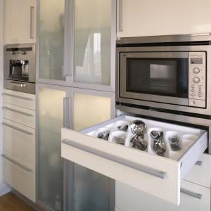 Zabudowa kuchenna, z jasnymi lakierowanymi na wysoki połysk frontami, nie tylko znakomicie prezentuje się we wnętrzu, jest także funkcjonalna. Fot. Monika Filipiuk.