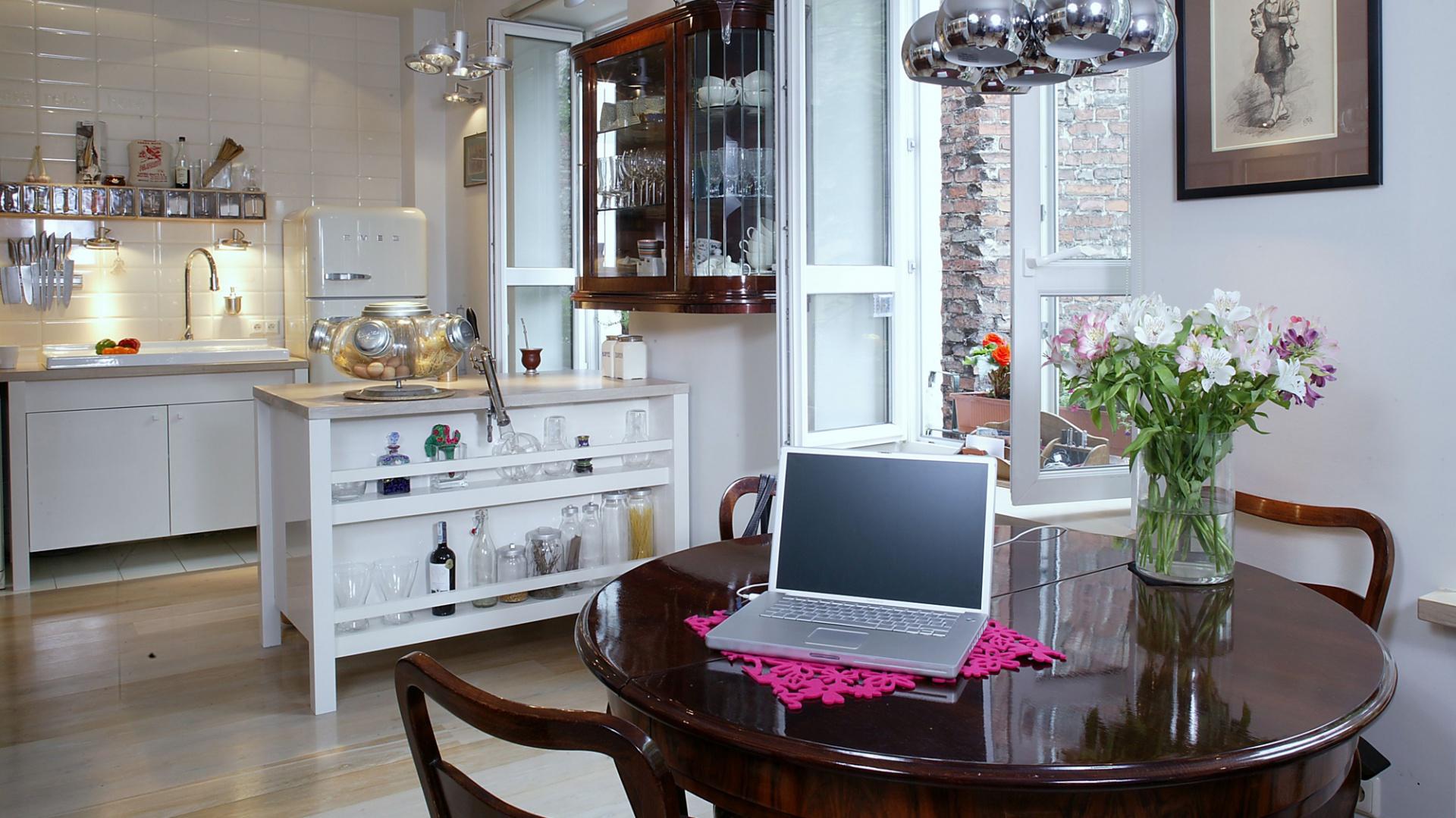 Mieszkanie to jedna, duża i otwarta przestrzeń, w której zostały wyodrębnione poszczególne, różniące się funkcjami miejsca. Fot. Monika Filipiuk.