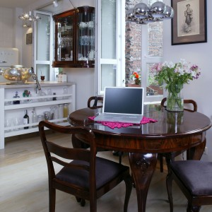 Jasna, świeża kolorystyka mieszkania stała się pięknym tłem dla starych mebli. Okrągły, jadalniany stolik można rozłożyć, by ugościć przy nim nawet 12 osób. Fot. Monika Filipiuk.