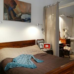 Zaciszny kącik sypialniany. Odrestaurowane łóżko to także rodzinne dziedzictwo, podobnie jak służące jako szafki nocne – ozdobne krzesła (pełniące swą pierwotną rolę, gdy w domu pojawiają się goście). Fot. Monika Filipiuk.