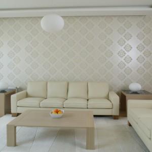 Kremowy zestaw wypoczynkowy (Iker) stanął przy ścianie ozdobionej subtelną i dekoracyjną tapetą w odcieniu écru (Galeria Wnętrza). Fot. Bartosz Jarosz.