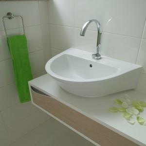 Łagodnie zarysowane kształty baterii (firmy Zucchetti), a także umywalki i szafki współtworzą przytulny charakter toalety. Fot. Bartosz Jarosz.