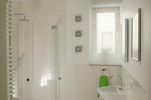 Szuflada pod blatem: miejsce do przechowywania w łazience
