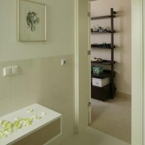 Do łazienki wchodzi się z minikorytarza prowadzącego do pokoju młodzieżowego. Oba wnętrza tworzą rodzaj intymnego apartamentu. Fot. Bartosz Jarosz.