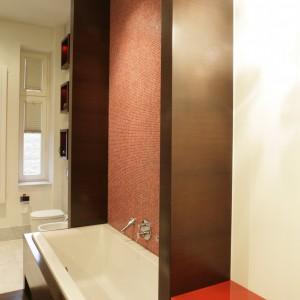 Ciemnobrązowe elementy zostały wykonane z lakierowanego drewna wenge.  Wyjątek stanowi podłoga, która - dla polepszenia jej wytrzymałości – jest olejowana. Fot. Bartosz Jarosz.