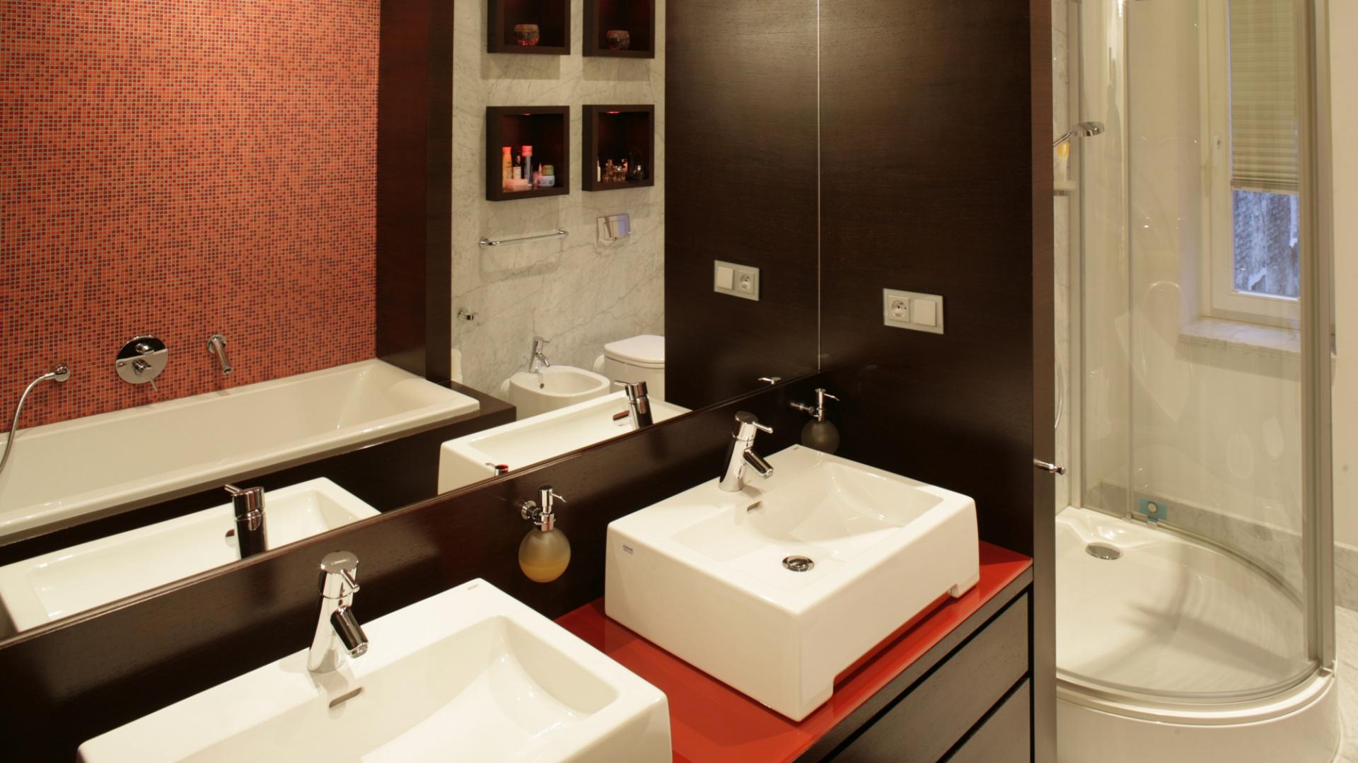 Ścianę  nad umywalkami (z oferty firmy Keramag), wypełnia wielkoformatowe lustro. Dzięki  niemu  łazienka  wydaje się znacznie większa niż jest w rzeczywistości. Fot. Bartosz Jarosz..