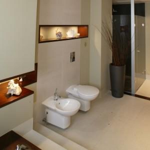 Podwieszane sedes i bidet umieszczono vis-à-vis umywalki. Nad nimi ciągnie się podświetlona, dekoracyjna wnęka. Fot. Monika Filipiuk.