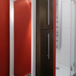 """Kabinę prysznicową od strony drzwi wejściowych """"maskuje"""" ścianka z wbudowaną wysoką szafką. Od środka kabina wyłożona jest białymi płytkami. Fot. Monika Filipiuk."""
