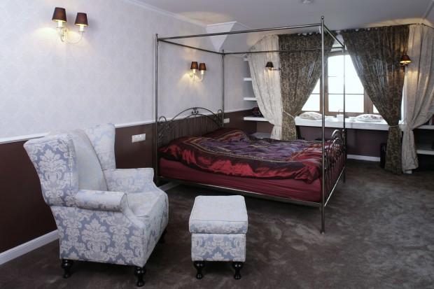 Łóżko z baldachimem. Zobacz, jak się sprawdza w sypialni!