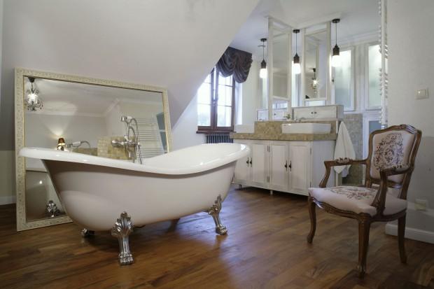 W angielskim stylu.  Salon kąpielowy na poddaszu