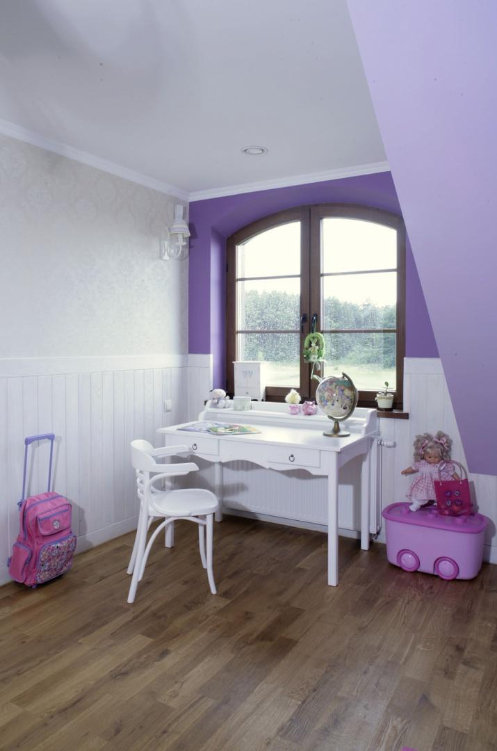 Kremowa tapeta z klasycznym wzorkiem (JVD) podkreśla delikatność wnętrza. Na ścianie zamontowano dodatkowe oświetlenie – zawieszony wysoko kinkiet (Dartyluz ). Fot. Monika Filipiuk.
