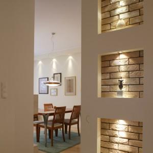 Jadalnia jest ostatnią częścią przestronnego, podzielonego jedynie umownymi granicami, wnętrza. Można do niej przejść zarówno przez salon, jak i bezpośrednio z holu. Fot. Tomek Markowski.