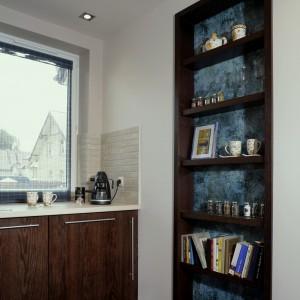Wnękowa szafka na błękitnym tle to znakomite miejsce do przechowywania nie tylko kuchennych gadżetów. Oprócz tego służy jako oryginalna lampka nocna. Fot. Monika Filipiuk.