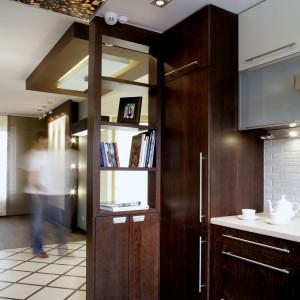 Drewno w ciemnobrązowym wybarwieniu przewija się w całym domu. Oryginalnym kontrapunktem jest dekoracyjny panel na suficie z ziarnami kawy. Fot. Monika Filipiuk.