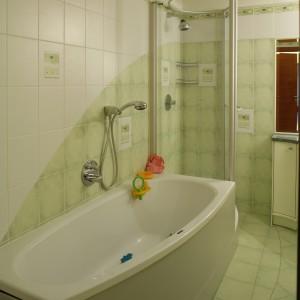 """Wanna i kabina prysznicowa stanowią swego rodzaju kąpielowy """"kombajn"""". Idealnie wpasowany w przestrzeń łazienki zapewnia wygodne korzystanie z obu urządzeń. Fot. Monika Filipiuk."""