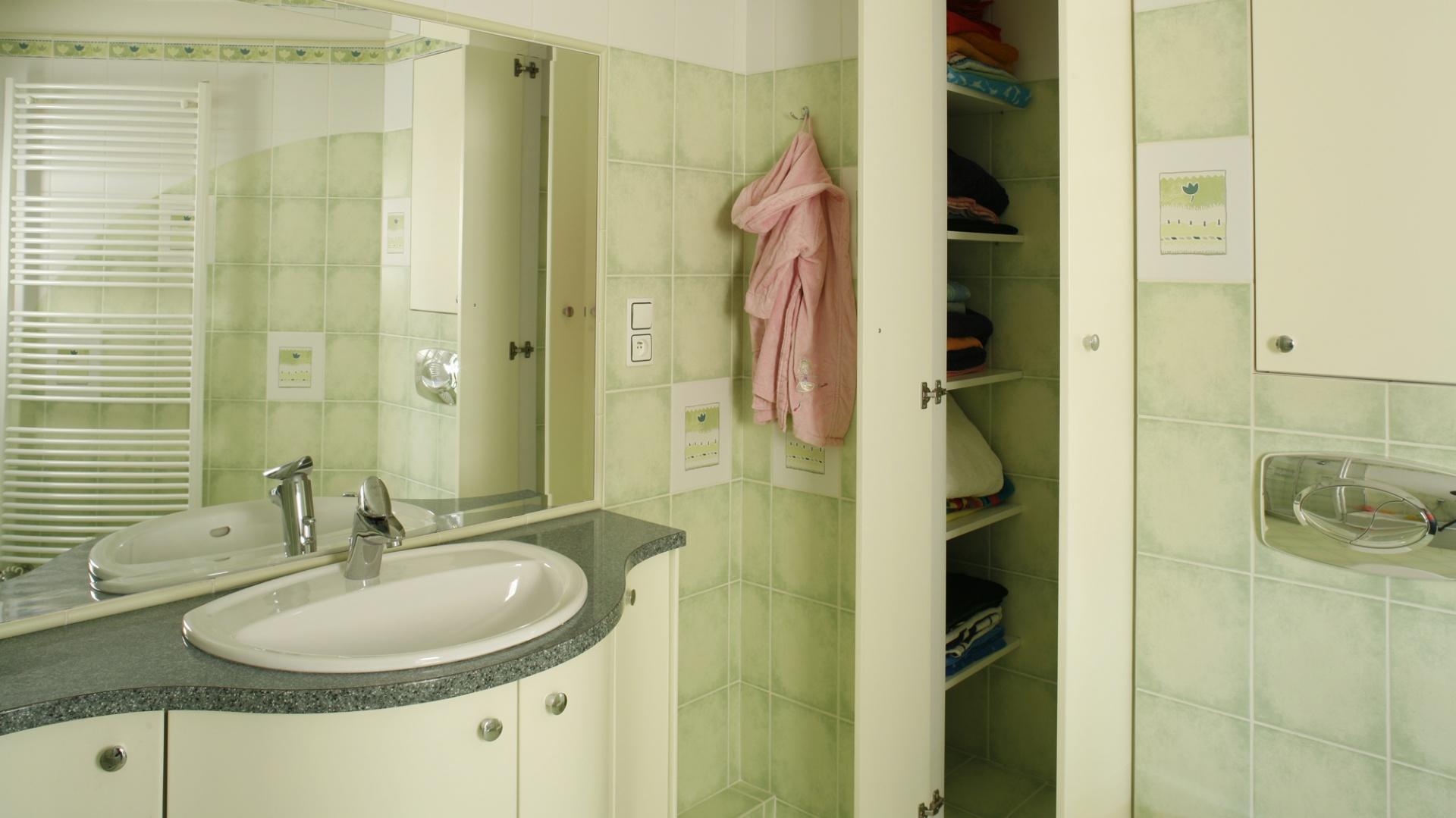 Meble – podumywalkowa szafka oraz zabudowane wnęki z półkami – są pojemne i łatwo dostępne. Stanowią praktyczne i eleganckie dopełnienie całej aranżacji. Fot. Monika Filipiuk.