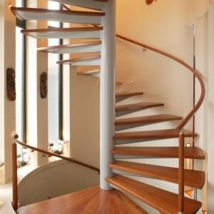 Kręcone schody z drewna egzotycznego dossier to niewątpliwie miła dla oka forma - i konstrukcyjna, i ozdobna. Fot. Bartosz Jarosz.