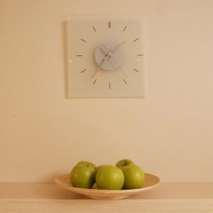 """Nawet zawieszony przez domowników zegar ścienny """"podporządkował się"""" panującej w kuchni minimalistycznej stylistyce stając się odtąd jej stałym elementem. Fot. Bartosz Jarosz."""