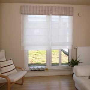 Duże okno w sypialni sprawia, że miejsce to jest dobrze doświetlone od sufitu do podłogi. Kiedy światło jest zbyt intensywne, można przysłonić je roletą rzymską, w zależności od potrzeby: jasną, zatrzymującą tylko część promieni, lub ciemniejszą o nieco grubszej strukturze. Fot. Bartosz Jarosz.