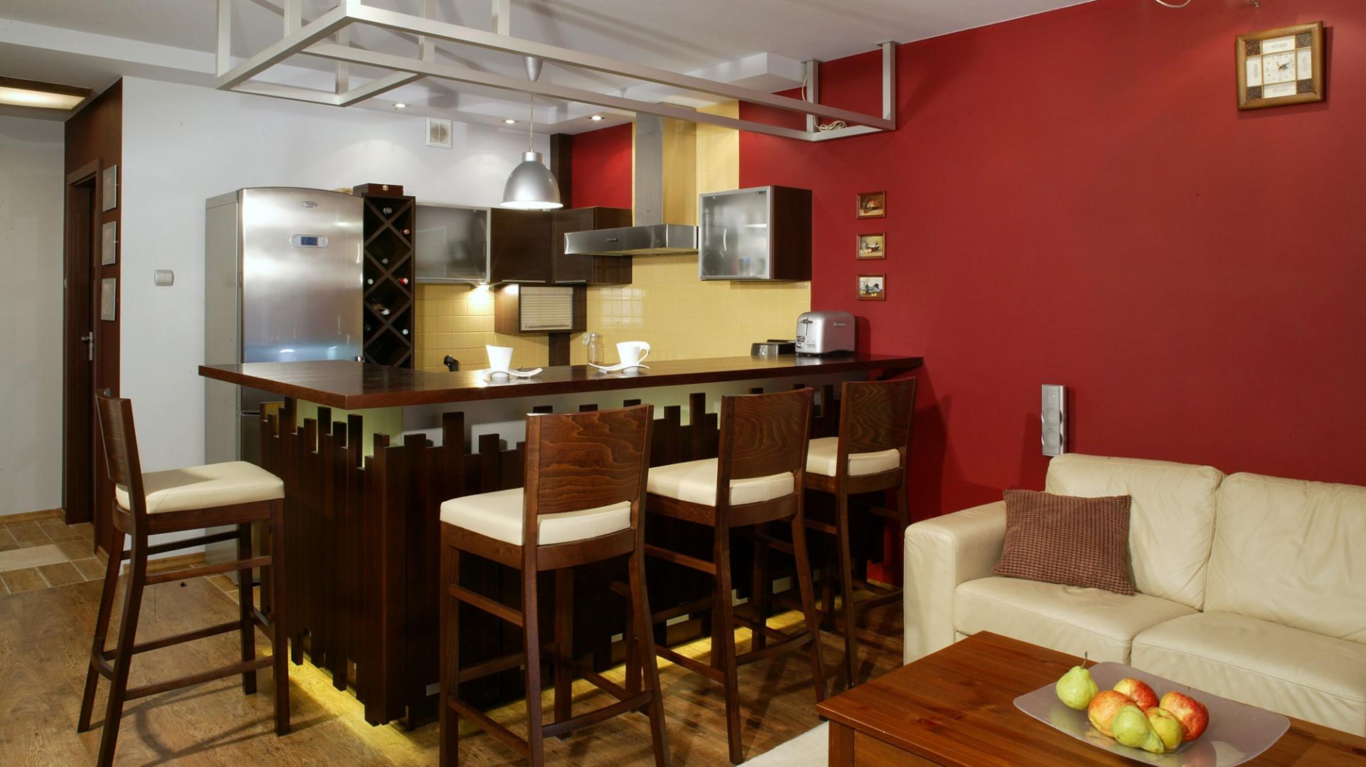 Pierwotnie kuchnia stanowiła małe, częściowo zamknięte pomieszczenie. Decyzja o wyburzeniu ściany była oczywista zarówno dla projektanta, jak i właścicieli mieszkania. Fot. Monika Filipiuk.
