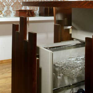 W domu koneserów wina nie mogło zabraknąć rozwiązań służących jego przechowywaniu i degustacji. Jednym z nich jest wysuwane cargo z wyposażeniem jak w profesjonalnych barach. Fot. Monika Filipiuk.